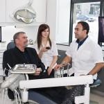 Dr Hernandez et un patient au Centre Dentaire de la Cité Verte